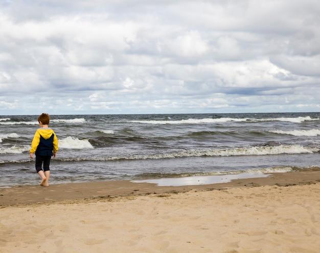 아름다운 자연과 차가운 바다 연안의 아이