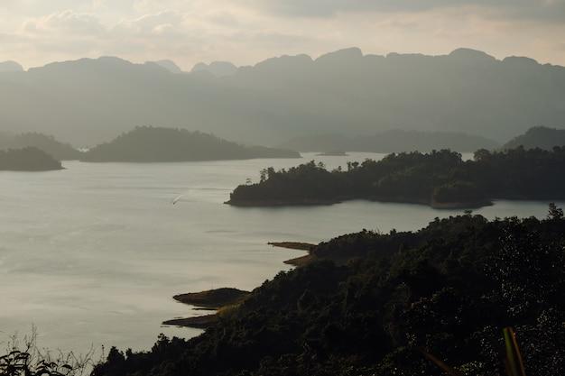 Красивая природа на озере чеоу лан, плотина ратчапрафа, национальный парк као сок в таиланде