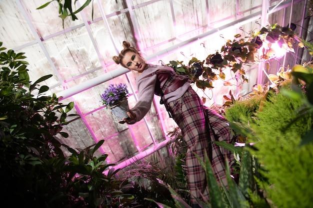 美しい自然。フラワー ガーデンで写真撮影をしている魅力的な若い女性
