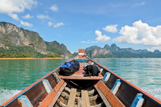 호수에서 작은 보트 모험으로 뱃머리 여행에 아름다운 자연 경관 수하물