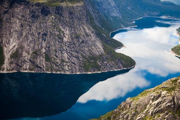 Красивый природный ландшафт в норвегии. удивительная дикая природа европы. Premium Фотографии