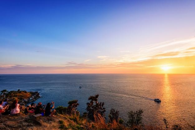 아름다운 자연 경관 바다, 바다 위로 일몰을 바라보는 사람들, 램 프롬텝(laem promthep)의 다채로운 하늘, 프롬텝 케이프(phromthep cape) 경치 좋은 전망 포인트는 태국 푸켓 섬의 유명한 명소 랜드마크입니다.