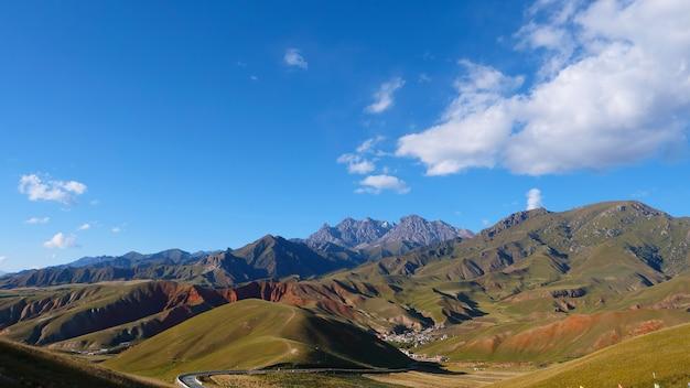 中国青海省の祁連山脈風景区マウントドロウの美しい自然景観。