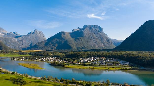 Красивая природа норвегии. деревня на побережье фьорда