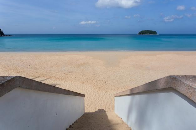 Красивая природа андаманского моря и белый песчаный пляж утром на пляже патонг, остров пхукет, таиланд
