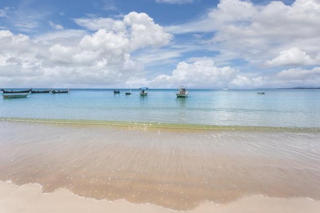 タイ、プーケット島のパトンビーチの朝のアンダマン海と白い砂浜の美しい自然。