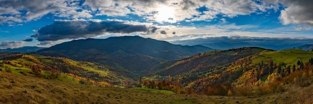 Красивая природа карпат среди холмов неба, лесов и небольшого поселка