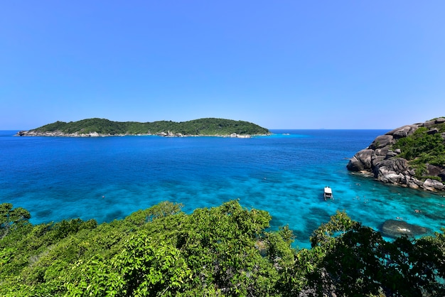 Красивая природа островов в андаманском море на симиланских островах, национальный парк му ко симилан, пханг нга, таиланд
