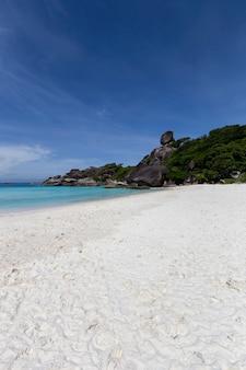 Красивая природа островов в андаманском море на симиланских островах, национальный парк му ко симилан, пханг-нга, таиланд