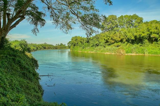 아름다운 자연 경치 좋은 풍경은 태국의 깐짜나부리에서 아침에 숲과 강을 볼 수 있습니다.