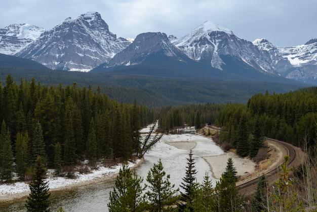 カナダ、アルバータ州バンフ国立公園のモランツカーブとボウ川の美しい自然の眺め