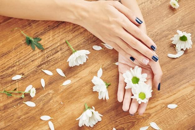 Красивый аккуратный маникюр и цветы
