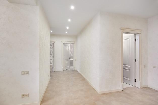 Красивый новый интерьер квартиры, пустая комната, никого
