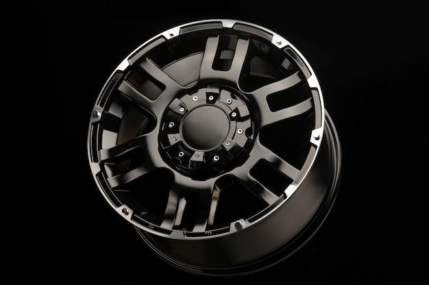 Suv車用の美しい新しい黒い合金ホイールがクローズアップ