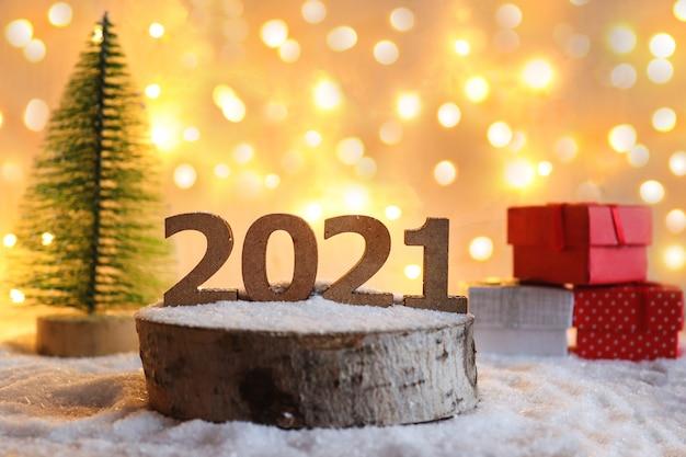 ギフト、数字、クリスマスツリーのおもちゃと美しい新年のグリーティングカード