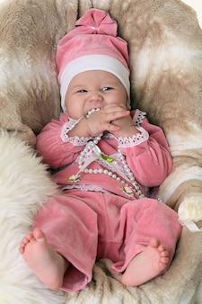 Красивая новорожденная девочка