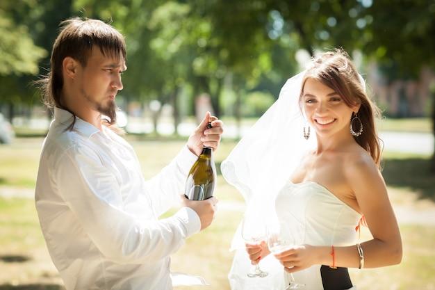 공원에서 결혼식을 축하 아름다운 신혼 부부
