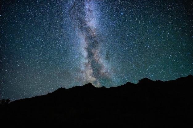 은하수를 배경으로 여름 산의 아름다운 밤 풍경