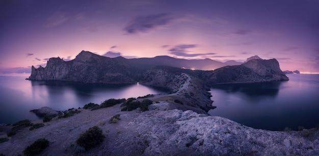 Красивый ночной пейзаж с горами, морем и звездным небом