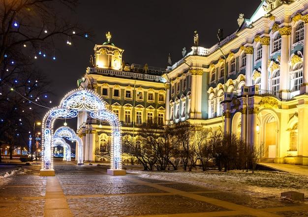 美しい夜の写真宮殿広場サンクトペテルブルク。新年のクリスマスツリー。冬宮殿