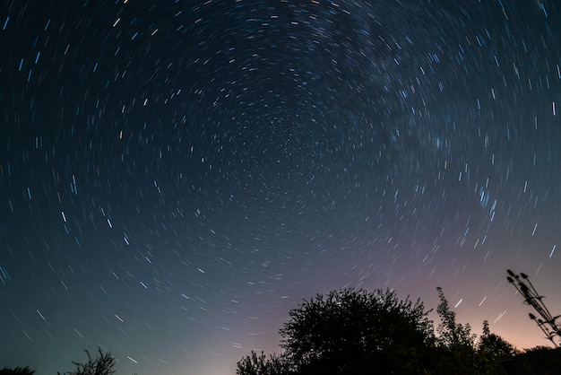 光沢のある星、自然なアストロの背景がたくさんある美しい夜空