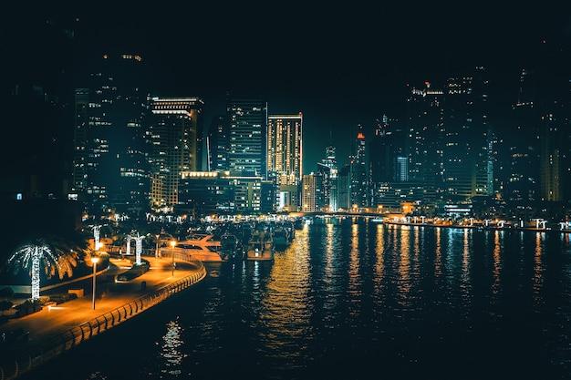 ドバイの近代的なビジネス地区の美しい夜景。ドバイの夜景。アラブ首長国連邦。