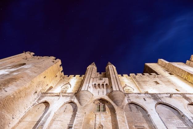 별이 빛나는 하늘 아래 아비뇽의 도시에서 교황의 궁전의 아름다운 야경.