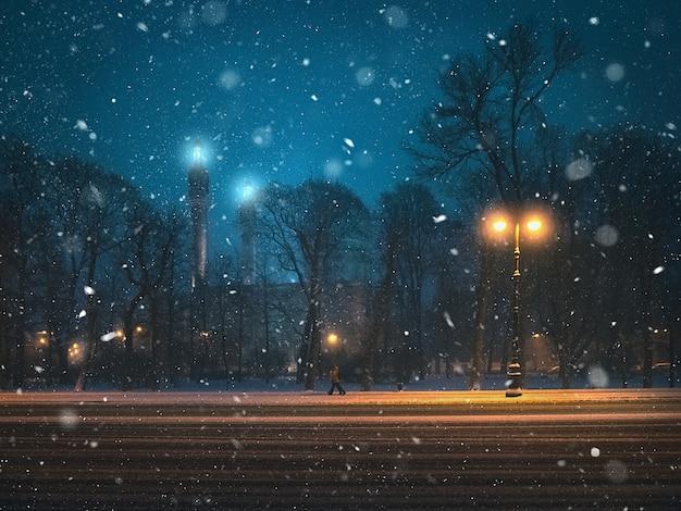 Прекрасный ночной вид на мечеть и снегопад в санкт-петербурге.