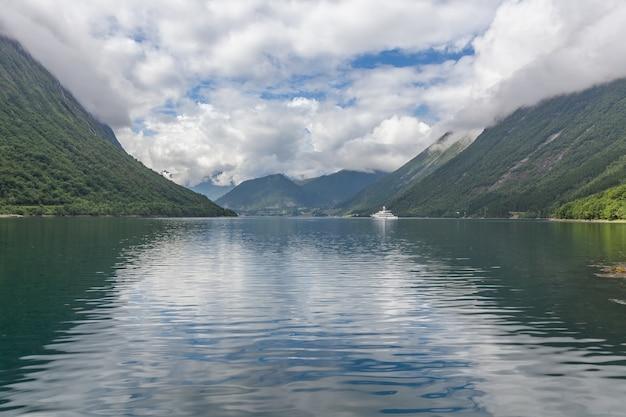 美しいノルウェーの風景。フィヨルドの眺め。澄んだ水でノルウェーの理想的なフィヨルドの反射。
