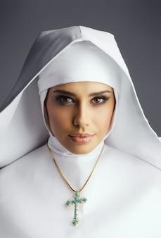 Красивая монахиня