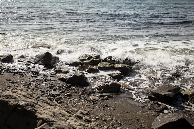 Красивый пейзаж океана и скалы