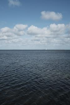 Il bellissimo oceano con un incredibile cielo nuvoloso