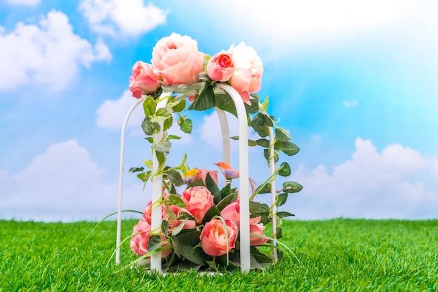 Красивые искусственные цветы на траве