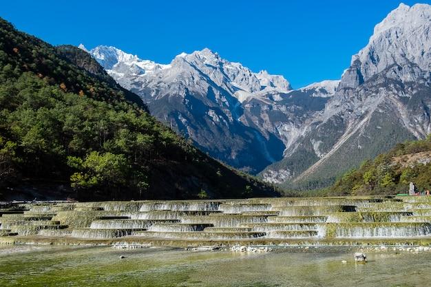 麗江旧市街の近くの玉龍雪山(ユロン)景勝地内の観光名所のランドマークと人気スポット、ブルームーンバレーの美しい。麗江、雲南、中国