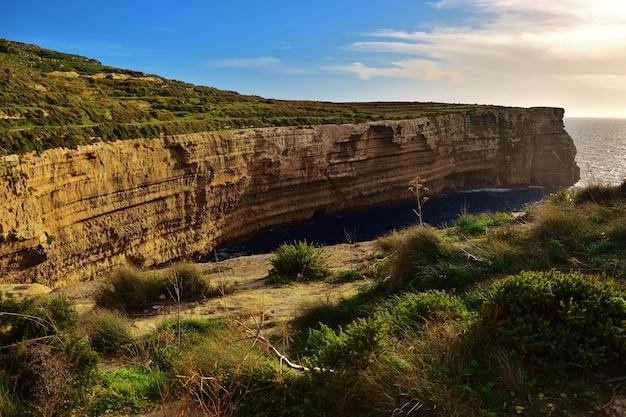マルタの美しい珊瑚石灰岩の海の崖