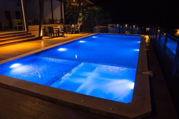 Красивый бассейн ночью