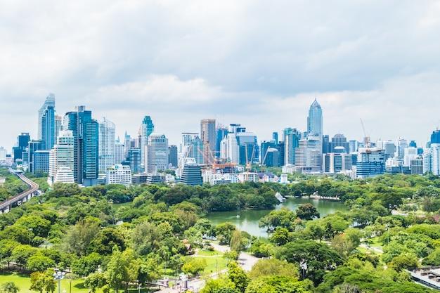 バンコク市の美しいオフィスビルタワーと建築