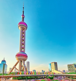 Красивые и офисные небоскребы, городское здание пудун, шанхай, китай.