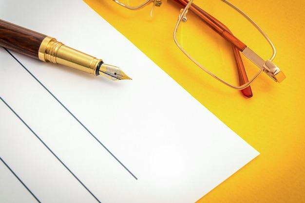 Красивый офисный натюрморт на желтом столе