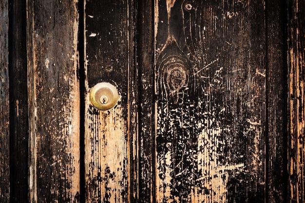 Bella vecchia struttura antica in legno scuro sfondo surface background. vecchia porta con serratura della porta. spazio di copia.