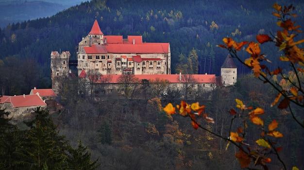秋の風景と森林の美しい古い城