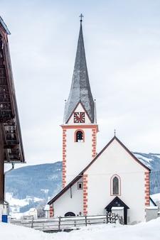 Красивая старая христианская церковь в высокогорном австрийском городе