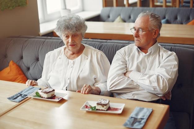 カフェに座っている美しい老夫婦