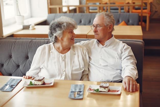 Красивая старая пара, сидя в кафе