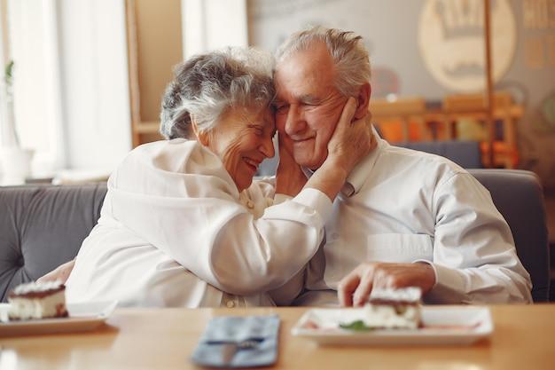 카페에 앉아 아름 다운 오래 된 커플