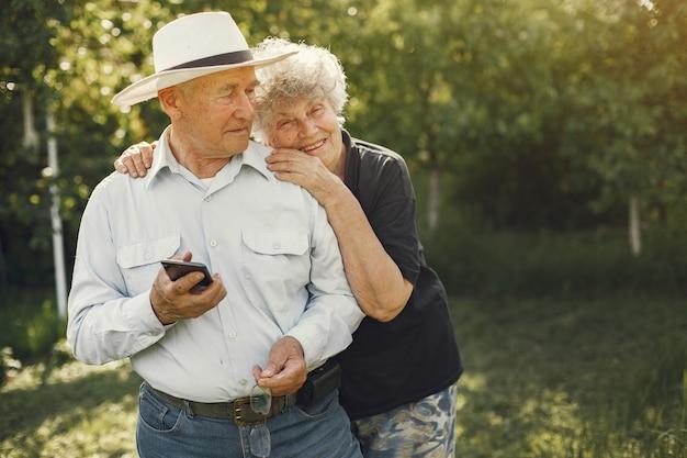 Красивая пожилая пара проводит время в летнем саду