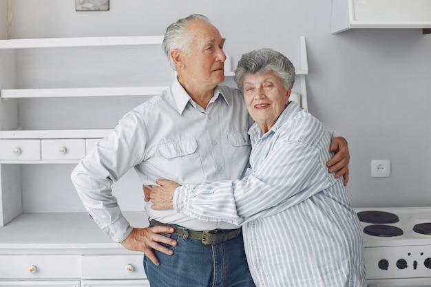 Красивая старая пара проводила время вместе дома