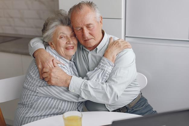 아름 다운 오래 된 부부는 집에서 함께 시간을 보냈다