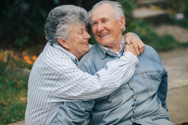 아름 다운 오래 된 부부는 공원에서 함께 시간을 보냈다
