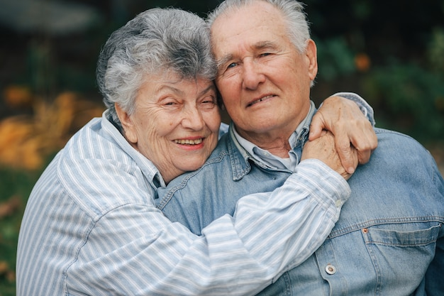美しい老夫婦が公園で一緒に時間を過ごした